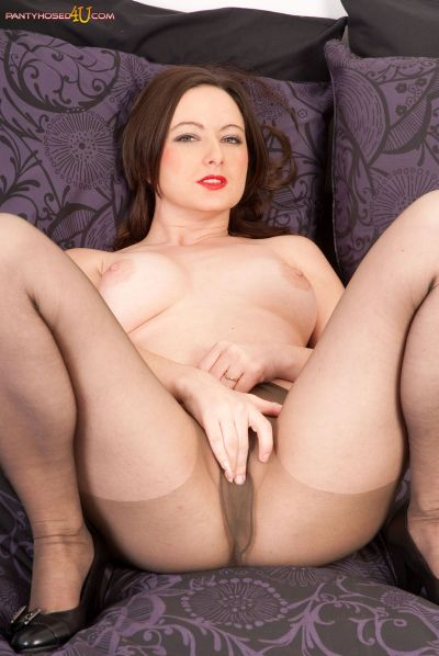honeyb-in-pantyhose-pantyhosed4u.com1