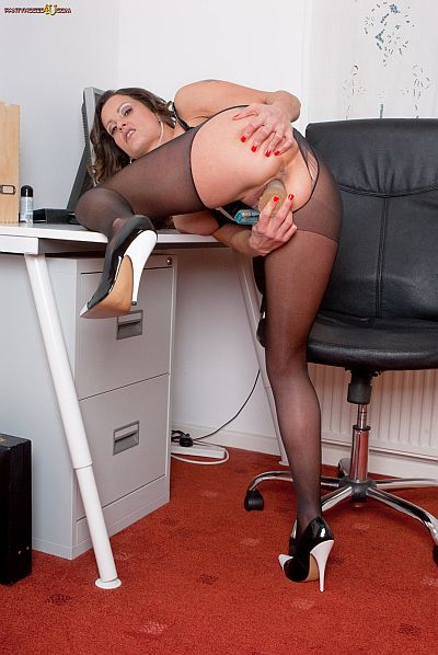 valentina cruz dirty secretary wanking through rippped pantyhose in the office pantyhosed4u